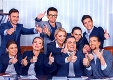 Les gens d'affaires de la vie de bureau des personnes d'équipe sont heureux avec le pouce  Image stock