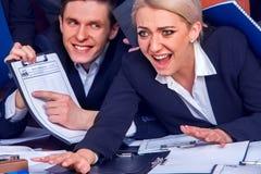 Les gens d'affaires de la vie de bureau des personnes d'équipe sont heureux avec le papier Photos stock