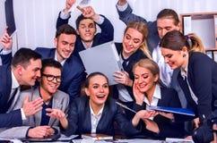 Les gens d'affaires de la vie de bureau des personnes d'équipe sont heureux avec le pouce  Photo libre de droits
