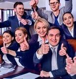 Les gens d'affaires de la vie de bureau des personnes d'équipe sont heureux avec le pouce  Images stock