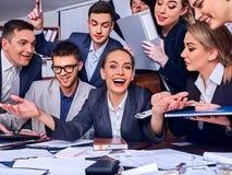 Les gens d'affaires de la vie de bureau des personnes d'équipe sont heureux avec le pouce  Photos stock