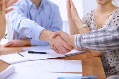 Les gens d'affaires de poignée de main finissant se réunir, se ferment  Image libre de droits