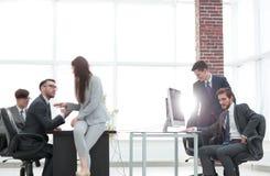 Les gens d'affaires discutant au-dessus des affaires nouvelles projettent dans le bureau Image stock