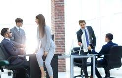 Les gens d'affaires discutant au-dessus des affaires nouvelles projettent dans le bureau Photo libre de droits