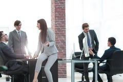 Les gens d'affaires discutant au-dessus des affaires nouvelles projettent dans le bureau Photos stock