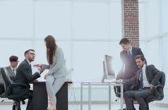 Les gens d'affaires discutant au-dessus des affaires nouvelles projettent dans le bureau Images stock