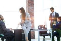 Les gens d'affaires discutant au-dessus des affaires nouvelles projettent dans le bureau Photo stock