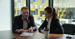 Les gens d'affaires discutent des documents clips vidéos