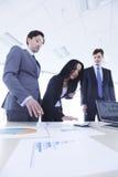 Les gens d'affaires discutent des rapports Photographie stock