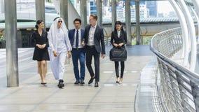 Les gens d'affaires globaux d'homme et femme futés marchent et parlent des affaires Photos libres de droits