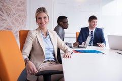 Les gens d'affaires groupent au bureau image stock
