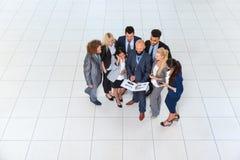 Les gens d'affaires groupent discuter le plan de projet de document communiquant, parlant la vue d'angle supérieur Photographie stock