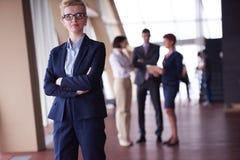 Les gens d'affaires groupent, femme dans l'avant comme meneur d'équipe Image libre de droits