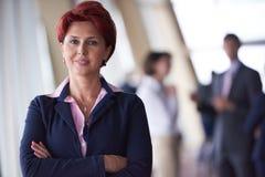 Les gens d'affaires groupent, femme dans l'avant comme meneur d'équipe Images libres de droits