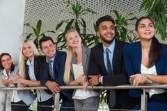 Les gens d'affaires groupent la ligne debout de sourire heureux au bureau moderne, rangée d'hommes d'affaires Images stock