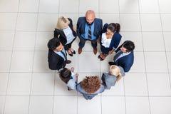 Les gens d'affaires groupent la position dans la vue d'angle supérieur de cercle, hommes d'affaires Images stock