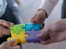 Les gens d'affaires groupent le puzzle denteux se réunissant Images libres de droits