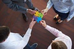 Les gens d'affaires groupent le puzzle denteux se réunissant Photo libre de droits