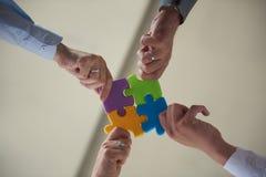 Les gens d'affaires groupent le puzzle denteux se réunissant Photos libres de droits