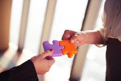 Les gens d'affaires groupent le puzzle denteux se réunissant Images stock