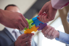 Les gens d'affaires groupent le puzzle denteux se réunissant Photographie stock libre de droits