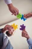Les gens d'affaires groupent le puzzle denteux se réunissant Image libre de droits