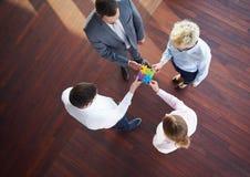 Les gens d'affaires groupent le puzzle denteux se réunissant Photos stock