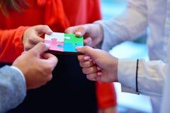Les gens d'affaires groupent le puzzle denteux se réunissant et représentent l'appui d'équipe Image libre de droits