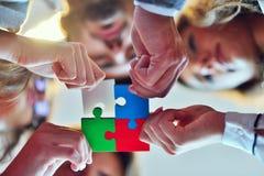 Les gens d'affaires groupent le puzzle denteux se réunissant et représentent l'appui d'équipe Photo libre de droits