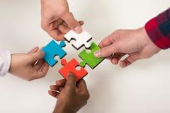 Les gens d'affaires groupent le puzzle denteux se réunissant et représentent l'appui d'équipe Image stock