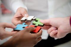 Les gens d'affaires groupent le puzzle denteux se réunissant et représentent l'appui d'équipe Photo stock