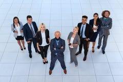 Les gens d'affaires groupent le sourire heureux se tenant à la vue supérieure de bureau moderne Photographie stock