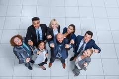 Les gens d'affaires groupent le sourire heureux se tenant à la vue supérieure de bureau moderne Photographie stock libre de droits