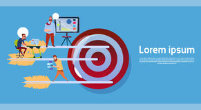 Les gens d'affaires groupent le travail au-dessus de Big Target, Company Team Business Goal Concept Banner avec l'espace de copie illustration libre de droits