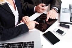 Les gens d'affaires groupent le travail avec l'ordinateur portable. photos stock