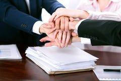 Les gens d'affaires groupent les mains de jointure Images libres de droits