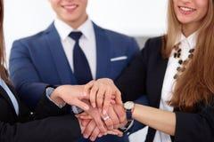 Les gens d'affaires groupent les mains de jointure et concept de représentation de l'amitié et du travail d'équipe Photographie stock libre de droits