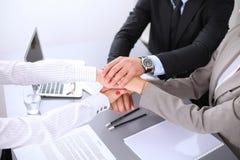 Les gens d'affaires groupent les mains de jointure et concept de représentation de l'amitié et du travail d'équipe Photo libre de droits
