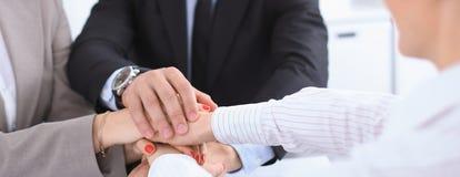Les gens d'affaires groupent les mains de jointure et concept de représentation de l'amitié et du travail d'équipe Images libres de droits