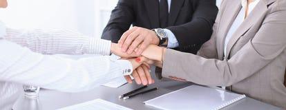 Les gens d'affaires groupent les mains de jointure et concept de représentation de l'amitié et du travail d'équipe Photos stock