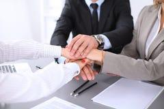 Les gens d'affaires groupent les mains de jointure et concept de représentation de l'amitié et du travail d'équipe Images stock