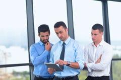 Les gens d'affaires groupent lors d'une réunion au bureau Image stock