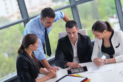 Les gens d'affaires groupent lors d'une réunion au bureau photo libre de droits
