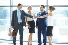 Les gens d'affaires groupent les mains de jointure Image libre de droits
