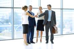Les gens d'affaires groupent les mains de jointure Image stock
