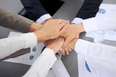 Les gens d'affaires groupent les mains de jointure Photos stock