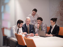Les gens d'affaires groupent sur la réunion au bureau de démarrage moderne Photo stock