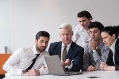 Les gens d'affaires groupent sur la réunion au bureau de démarrage moderne Image libre de droits