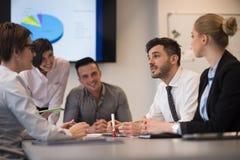 Les gens d'affaires groupent sur la réunion au bureau de démarrage moderne Images stock