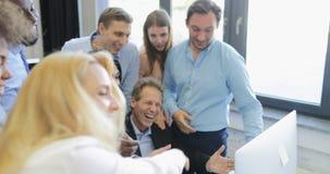 Les gens d'affaires heureux team discutant des résultats de démarrage sur l'ordinateur, patron réussi avec le regard gai de collè clips vidéos